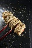 Sushi richten mit Essstäbchen an Lizenzfreies Stockfoto