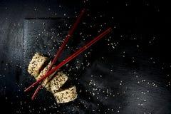 Sushi richten mit Essstäbchen an Stockfotografie