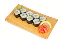 Sushi riolls mit der Gurke lokalisiert auf Weiß Stockfotos