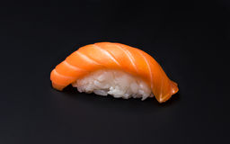 Sushi, riz, poisson, salmom, fond noir Image stock
