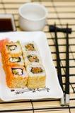Sushi (rodillos) en una placa foto de archivo