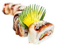 Sushi-Rolle mit Aal, Tigergarnele und Avocado Lizenzfreie Stockbilder