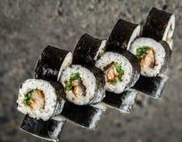 Sushi-Rolle mit Aal und Gurke Stockfoto