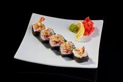 Sushi-Rolle von Tempuragarnelen mit tobiko Kaviar Lizenzfreies Stockfoto