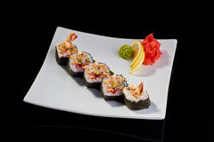 Sushi-Rolle von Tempuragarnelen mit tobiko Kaviar Stockfoto