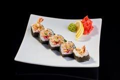 Sushi-Rolle von Tempuragarnelen mit tobiko Kaviar Lizenzfreie Stockfotografie