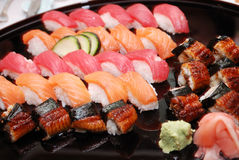 Sushi Rolls auf einer Platte Lizenzfreie Stockfotos