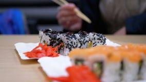 Sushi Rolls com salmões em uma placa branca em um restaurante japonês video estoque