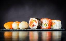 Sushi Rolls con i surimi ed il salmone affumicato Fotografia Stock