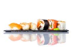 Sushi Rolls con il salmone affumicato su fondo bianco Immagini Stock Libere da Diritti