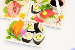 Sushi Rolls en el fondo blanco Imagenes de archivo