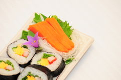Sushi Rolls en el fondo blanco Imagen de archivo libre de regalías