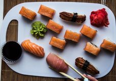 Sushi Rolls på vit bakgrund Royaltyfri Fotografi
