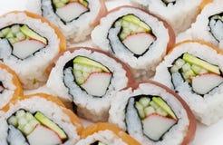 Sushi rollt Zusammenstellung auf weißem Hintergrund lizenzfreie stockfotos
