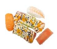 Sushi rollt Zusammenstellung auf weißem Hintergrund stockfotos