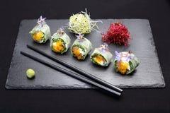 Sushi, rolos de sushi com salmões, rucola, queijo de Philadelphfia imagens de stock royalty free