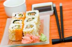 Sushi (rolos) em uma placa Foto de Stock Royalty Free