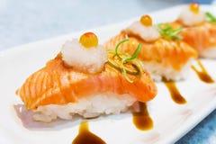 Sushi salmon grelhado com ponto do foco seletivo imagens de stock royalty free