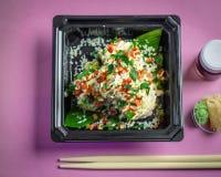 Sushi, salmones con la salsa de soja y palillos Fotografía de archivo
