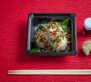 Sushi, salmones con la salsa de soja y palillos Imágenes de archivo libres de regalías