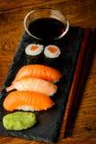 Sushi, salsa di soia e bastoncini Fotografia Stock Libera da Diritti