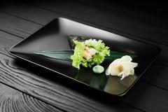 Sushi saporiti giapponesi di temaki su fondo nero Immagine Stock Libera da Diritti