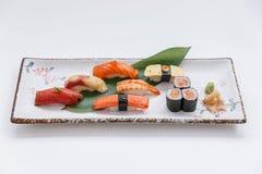 Sushi-Satz umfassen Maguro, Hamachi, Lachse, Kani, Garnele und Tamago Maki mit Salmon Maki Rolls Lizenzfreie Stockbilder