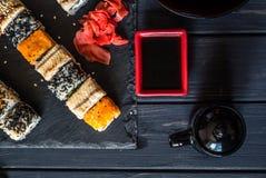 Sushi, sauce de soja et sauce au jus photos stock