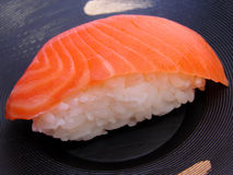Sushi saumonés images libres de droits