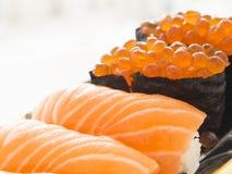 Sushi saumonés Photos stock