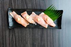 Sushi saumonés avec l'oeuf de poisson de sauce Photographie stock