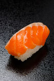Sushi saumonés crus Photo libre de droits