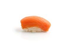 Sushi saumonés d'isolement à l'arrière-plan blanc Photographie stock