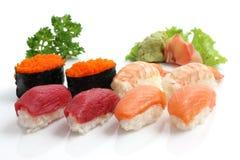 Sushi saumonés d'isolement à l'arrière-plan blanc Photos stock