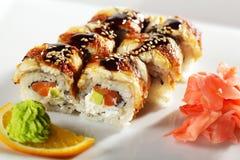 Sushi saumonés et fumés de Maki d'anguille photographie stock