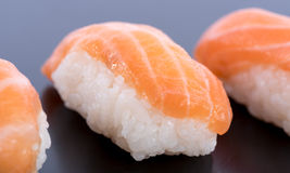Sushi saumonés savoureux Images libres de droits