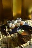 Sushi, Schüssel Miso-Suppe, Essstäbchen Stockfoto