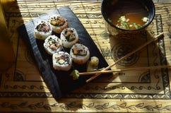 Sushi, Schüssel Miso-Suppe, Essstäbchen Stockbilder