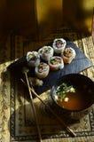 Sushi, Schüssel Miso-Suppe, Essstäbchen, Hintergrundbeleuchtungsvorhänge Lizenzfreie Stockbilder