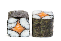 Sushi simples de maki de saké, deux petits pains d'isolement sur le blanc Photos libres de droits