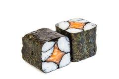 Sushi simples de maki de saké, deux petits pains d'isolement sur le blanc Photos stock