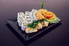 Sushi som är combo på vit bakgrund arkivbild