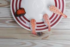 Sushi som är nära upp i svart platta på träbakgrund Arkivbild