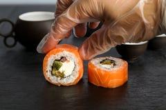 Sushi, som är på tabellen, matlagningprocessen Royaltyfri Foto
