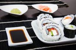 Sushi som ställs in med soya Royaltyfria Bilder