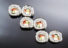 Sushi som ställs in på svart reflexionsbakgrund Royaltyfria Bilder