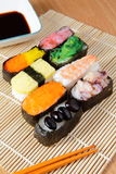 Sushi squisiti del Giappone con la salsa del fagiolo della soia fotografia stock