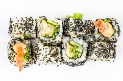 Sushi stellen mit leawes Salat ein und Tigergarnelen übersteigen Lizenzfreie Stockfotografie