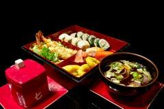 Sushi stellten mit Tempura und Suppe ein Stockbild