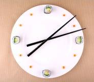 Sushi stoppen ab, setzen Zeit Konzept mit Kaviar auf einer weißen Platte fest Stockfotos